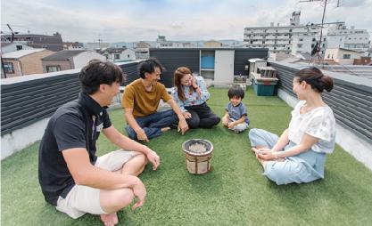 京都市深草 新築 木造2階建 深草の街が見渡せる広い屋上庭。人工芝で手入れも楽。友人たちで集まってワイワイと過ごせる空間に。